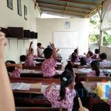 Siswa kelas 2 SDN Serut tetap semangat belajar meski di ruang seadanya (foto : Joko Pramono/ JatimTIMES)