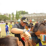 Wakil Wali Kota Malang Sofyan Edi Jarwoko (mengenakan topi hitam) usai membuka kompetisi U-11. (Foto: Humas Pemkot Malang for MalangTIMES)