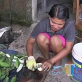 Proses pembuatan keripik yang terbuat dari kulit pisang. (eko Arif s/JatimTimes)