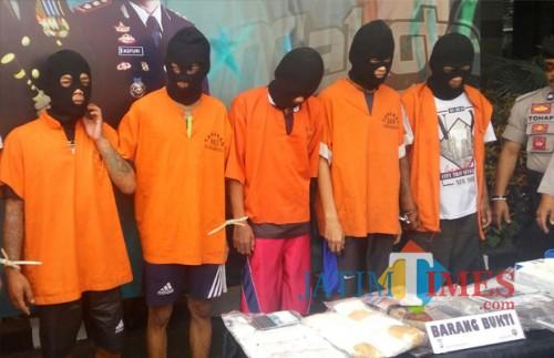 Para pelaku pengedar narkoba yang berhasil diciduk (foto:  Anggara Sudiongko/MalangTIMES)