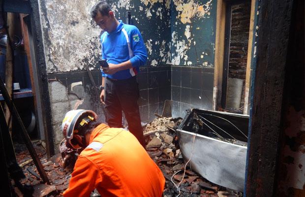 Petugas saat memadamkan kebakatan di rumah Sunardi Jl Suropati, Kecamatan Batu Jumat (19/10/2018). (Foto: Istimewa)
