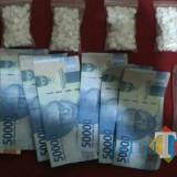 Barang bukti ratusan pil koplo beserta uang hasil penjualan saat diamankan petugas Polsek Dau, Kabupaten Malang (Foto : Polsek Dau for MalangTIMES)