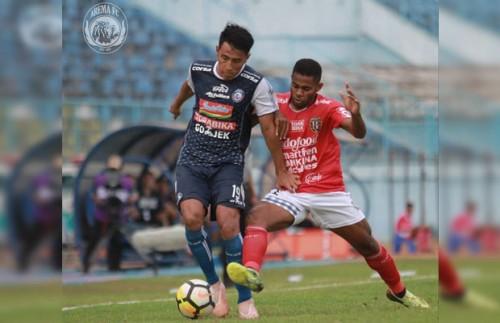 Hanif Sjahbandi saat melindungi bola dari kejaran Yabes Roni dalam laga Arema v Bali United. (instagram @aremafcofficial)