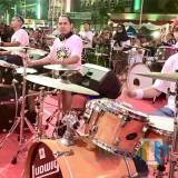 Deretan pemain drum memainkan musiknya bersamaan dalam 117 Musisi Bhakti Kotaku 2018 di halaman Balai Kota Among Tani, Sabtu (20/10/2018) malam. (Foto: Irsya Richa/MalangTIMES)