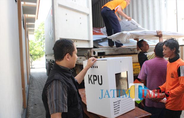 (kiri) Anggota Komisioner KPU Jombang, Abdul Wadud Burhan Abadi, memegang kotak suara dengan model baru di depan mobil pengangkut kotak suara. (Foto : Adi Rosul / JombangTIMES)