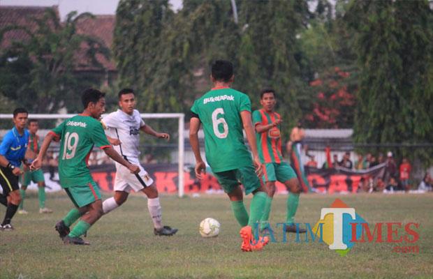 PSID Jombang Saat Melawan Putra Sinar Giri Di Stadion Merdeka Jombang Beberapa Waktu Lalu. (Foto : Adi Rosul / JombangTIMES)