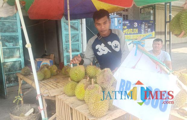 Salah satu pedagang durian di Jl. Ahmad Yani Lumajang. (Foto: Pawitra/JatimTIMES)