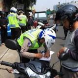 Tilang kendaraan roda dua oleh kepolisian. (Ist)