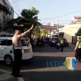 Anggota Satlantas Polres Jember saat mengatur lalu lintas dengan mengenakan songkok (foto : Moh. Ali Makrus / Jatim TIMES)