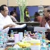 Menhub Budi Karya Sumadi bersama Gubernur Jatim Soekarwo.
