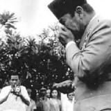 Soekarno menangis di depan makam Yani. (Ist)