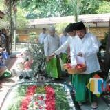 Prabowo beserta Sandiaga melakukan tabur bunga di Makam Presiden RI Ke-4, KH Abdurrahman Wahid (Gus Dur). (Foto : Adi Rosul / JombangTIMES)