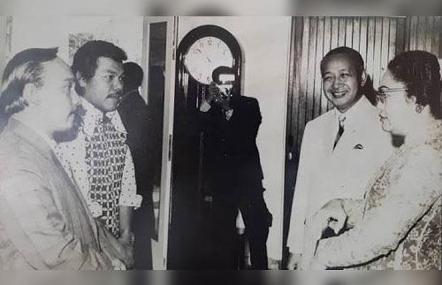 Benyamin Sueb (dua dari kiri) saat dipanggil Presiden Soeharto (Ist)
