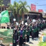 Suasana santri saat melakukan pawai di Jl Agus Salim, Kecamatan Batu, Senin (22/10/2018). (Foto: Irsya Richa/MalangTIMES)