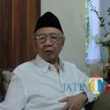 Pengasuh Ponpes Tebuireng Jombang, KH Sholahuddin Wahid (Gus Solah) saat diwawancarai. (Foto : Adi Rosul / JombangTIMES)