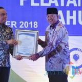 Penyerahan penghargaan Top 99 Inovasi Pelayanan Publik 2018 untuk Contra War dari Menteri PANRB kepada Bupati Malang,  beberapa bulan lalu, di Surabaya. Kini Contra War resmi jadi Top 40 (dok MalangTIMES)