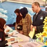 Petugas Kantor Imigrasi saat melayani masyarakat di Inovasi dan Pelayanan Publik di kantor Kecamatan Batu, Senin (22/10/2018). (Foto: Irsya Richa/MalangTIMES)