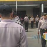 Kapolres Tulungagung AKBP Tofik Sukendar melakukan pengecekan pasukan yang akan diberangkatkan ke Sampang. / Foto : Anang Basso / Tulungagung TIMES