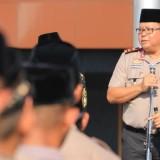Kapolda Jatim Irjen Pol Luki Hermawan saat memimpin apel Hari Santri Nasional di lapangan polda.