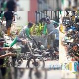 Tim Satgas Drainase DPUPR Kota Malang mengenakan seragam abu-abu saat membersihkan saluran air di Jalan Candi Panggung. (Foto: Humas Pemkot Malang for MalangTIMES)