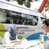 Layanan mobil keliling menjadi salah satu layanan DPMPTSP Kota Malang untuk mempermudah proses mengurus perizinan. (Pipit Anggraeni/MalangTIMES).