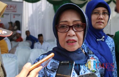 Bupati Jombang, Hj Mundjidah Wahab Saat Diwawancarai. (Foto : Adi Rosul / JombangTIMES)