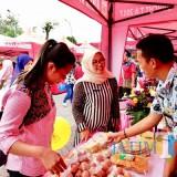 Petugas saat melayani pembeli di pasar murah Balai Kota Among Tani. (Foto: Irsya Richa/MalangTIMES)