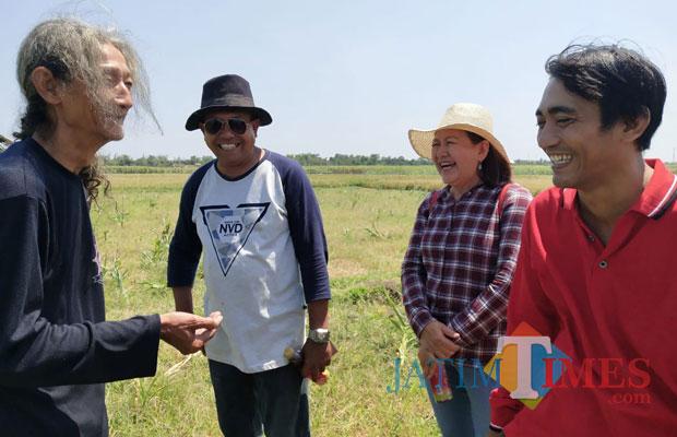 Prof. Surono Danu rambut panjang bersama DR. M. Yahya Arie, Dosen Fakultas Ekonomi Universitas Abdurachman Saleh dan Linda Indrawati Pengusaha serta Iksan pengawas bibit padi MSP (Foto Heru Hartanto/Situbondo TIMES)