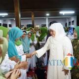 Gubernur Jatim terpilih Khofifah Indar Parawansa saat menyalami peserta peringatan Hari Santri di Tulungagung.(foto : Joko Pramono/Tulungagungtimes)