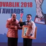 Wali Kota Malang Sutiaji saat menerima piala penghargaan dari Gubernur Jawa Timur Soekarwo di Surabaya. (Foto: Humas Pemkot Malang for MalangTIMES)