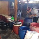 Petugas gabungan saat melakukan pengerebekan pabrik miras, Kecamatan Gedangan (Foto : Istimewa)