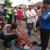 Petugas gabungan beserta polisi dan warga saat mengevakuasi jenazah Buari korban yang meninggal dunia secara tiba-tiba, Kecamatan Kepanjen (Foto : Istimewa)