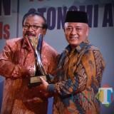 Wabup Malang HM Sanusi saat menerima penghargaan atas inovasi Si Cantik Hamil dari Gubernur Jatim Soekarwo (Humas for MalangTIMES)