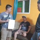 Tersangka kasus dugaan penipuan penggelapan mobil dijemput anggota Resmob Polres Banyuwangi.