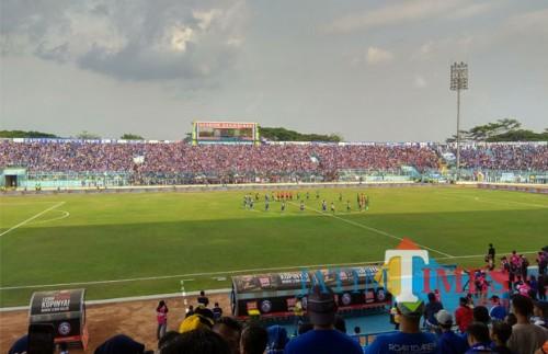 Kehadiran Aremania pada pertandingan lawan Persebaya, sebelum terkena sanksi (foto: Hendra Saputra/ MalangTIMES)
