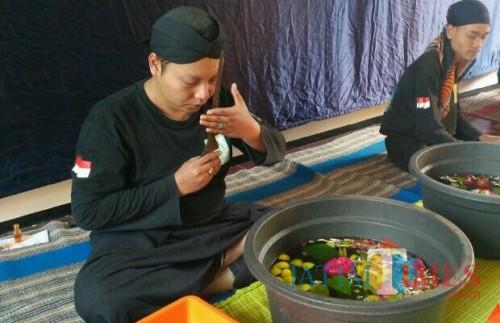 Jamasan pusaka Tosan Aji di Desa Bumiaji, Kota Batu, yang mendapatkan Anugerah Wisata Jatim 2018 untuk kategori Desa Wisata Budaya. (Foto: Nurlayla Ratri/MalangTIMES)