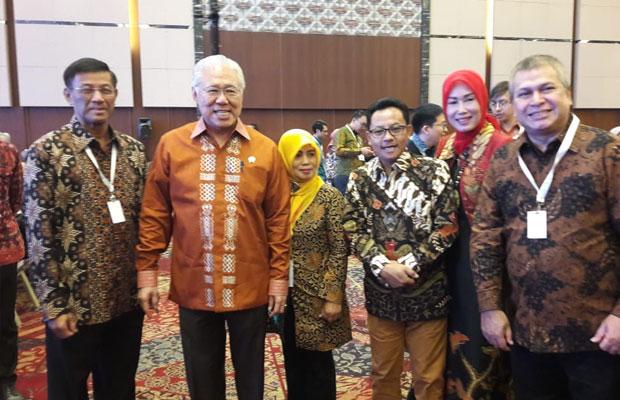 Wali Kota Malang Sutiaji (tiga dari kiri) didampingi istri (dua dari kiri) saat bertemu dengan Menteri Perdagangan Enggartiasto Lukita (dua dari kanan) dalam gelaran TEI di BSC City Tangerang. (Humas Pemkot for MalangTIMES)