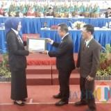 Bupati Jember dr. Hj. Faida MMR saat menerima piagam penghargaan dari Universitas Terbuka Jember (foto : Moh. Ali Makrus / JatimTIMES)