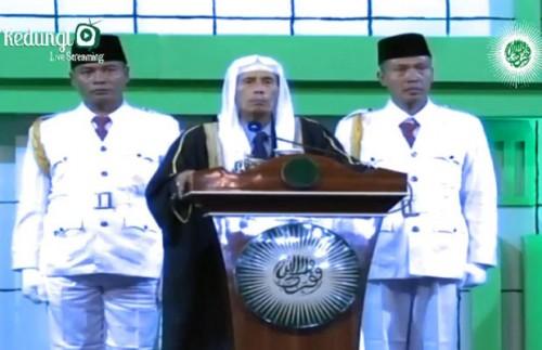 Kanjeng Romo KH. Abdul Latif Madjid RA saat melakukan fatwa di atas podium di lapangan Desa Mulyoagung, Kecamatan Dau Kabupaten Malang, Kamis (25/10/2018) malam.
