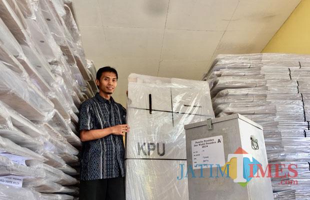 Komisioner Divisi Teknis KPU Kota Batu Erfanudin saat menunjukkan kotak suara logistik yang masih terbungkus di gudang KPU Kota Batu, Kamis (25/10/2018). (Foto: Irsya Richa/BatuTIMES)