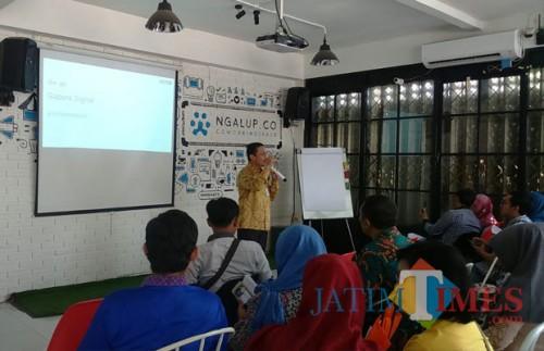 Pelaku UKM yang mengikuti pelatihan Gapura Digital oleh Google di Ngalup Coworking Space. (foto: Imarotul Izzah/Malang Times)