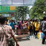 Puluhan mahasiswa Undar memblokir gerbang masuk Undar. (Foto : Adi Rosul / JombangTIMES)
