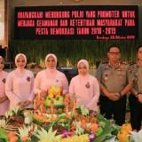 Ketua KPS Malkah Aini Mufidah Bhakti (tiga dari kiri) usai menerima potongan tumpeng dari ketua Bhayangkari  Jawa Timur