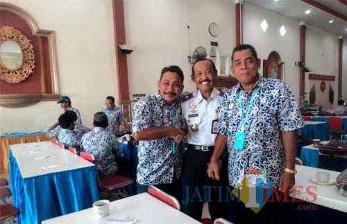 Hafi Lutfi Kadishub Kabupaten Malang (tengah) bersama para pemilik kendaraan yang kerap curhat atas uji kir yang saat ini hanya di Talangagung, Kepanjen (Nana)