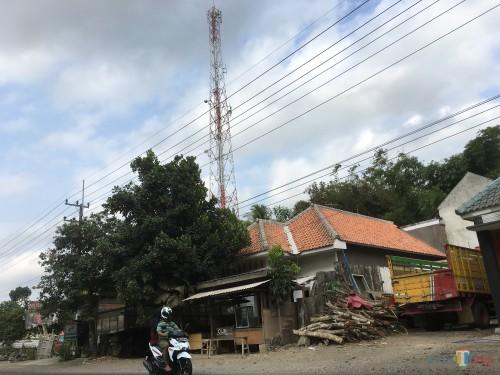 Posisi tower yang didirikan di tengah pemukiman dan menuai kecaman dari warga Desa Sananrejo, Kecamatan Turen. (Foto : Ashaq Lupito/MalangTIMES)