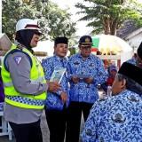 Kanit Dikyasa Satlantas Polres Banyuwangi berinteraksi dengan warga