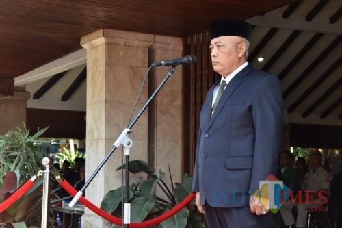 Upacara peringatan Sumpah Pemuda ke-90 di Pendapa Kabupaten Malang. Wabup Malang HM Sanusi mengimbau seluruh pemuda untuk bersama melawan hawa jahat teknologi informasi saat ini (Nana)