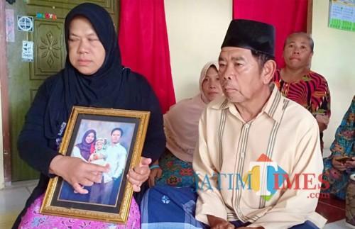 Orang tua Haska menunjukkan foto Haska bersama anak dan istrinya.(Foto : Team BlitarTIMES)