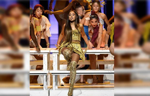 Ariana Grande perform mengenakan baju rancangan Diana Putri di VMA 2018. (foto: instagram Diana Putri)