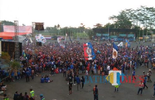 Aremania ketika mendukung Arema FC di luar Stadion Kanjuruhan (Hendra Saputra)